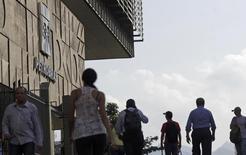 People walk past Brazilian Oil company Petrobras's headquarters in Rio de Janeiro April 11, 2014.  REUTERS/Ricardo Moraes