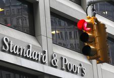 """Светофор у офиса Standard & Poor's в Нью-Йорке. 5 февраля 2013 года. Международное рейтинговое агентство S&P понизило рейтинг России до уровня ниже инвестиционного - """"ВВ+"""", прогноз изменения кредитного рейтинга - """"негативный"""", сообщило агентство в понедельник, добавив, что перспективы экономики России ухудшились. REUTERS/Brendan McDermid"""