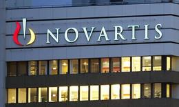 Центральный офис Novartis в Базеле. 22 октября 2013 года. Швейцарский производитель лекарств Novartis прогнозирует более быстрый рост продаж и прибыли в 2015 году, так как недавние успехи компании и оптимизация ее портфеля помогут преодолеть отрицательное влияние конкуренции со стороны производителей дженериков. REUTERS/Arnd Wiegmann