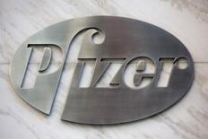 Логотип Pfizer в штаб-квартире компании в Нью-Йорке 28 апреля 2014 года. Результаты Pfizer Inc в четвертом квартале прошлого года превзошли прогнозы за счет роста продаж вакцин и препаратов от рака. REUTERS/Andrew Kelly