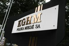 El logo de KGHM frente a su sede en Lubin. Imagen de archivo, 29 julio, 2011. Los trabajadores de un sindicato de la cuprífera Sierra Gorda en Chile, controlada por la polaca KGHM, negociaban el martes con la empresa para evitar una huelga en la recién inaugurada mina, en medio de la discusión de su contrato colectivo, dijo a Reuters un dirigente gremial. REUTERS/Kacper Pempel