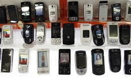 """Les opérateurs de téléphonie mobile européens pourraient être autorisés à maintenir au cours des trois prochaines années des frais d'itinérance (""""roaming""""), selon un document préparé par l'Union européenne. /Photo d'archives/REUTERS/Truth Leem"""