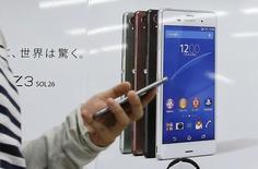 Sony envisagerait de supprimer un millier d'emplois de plus dans sa division smartphones dans l'espoir de ramener ses activités électroniques dans le vert. /Photo prise le 31 octobre 2014/REUTERS/Toru Hanai