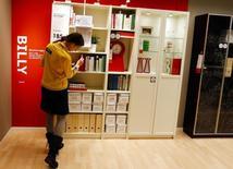 Ikea Group, numéro un mondial de l'ameublement, a fait état mercredi d'un bénéfice net inchangé à un niveau record sur l'exercice 2013-2014, tout en soulignant une progression de ses activités en Europe. /Photo d'archives/ REUTERS/Michael Dalder