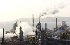 НПЗ PetroChina в Даляне, КНР 20 января 2015 года. Расчетное потребление нефти в Китае вырастет на 3 процента в этом году, прогнозирует государственная нефтяная компания China National Petroleum Corporation (CNPC). REUTERS/China Daily