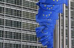 Флаги ЕС у штаб-квартиры Еврокомиссии в Брюсселе. 22 января 2014 года. Евросоюз продлит до сентября 2015 года санкции против России, введенные в прошлом марте за аннексию Крыма, и подготовит варианты их ужесточения и расширенный санкционный список, следует из проекта резолюции по итогам встречи министров иностранных дел ЕС в среду. REUTERS/Yves Herman