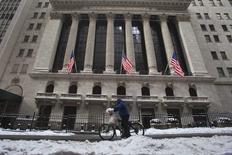 Les résultats meilleurs que prévu annoncés par Apple et par Boeing entraînent les grands indices à la hausse à l'ouverture mercredi à Wall Street. Le Nasdaq, à forte pondération technologique, progresse de 1,03% dans les premiers échanges. Le Dow Jones gagne 0,35%, tandis que le Standard & Poor's 500 prend 0,5%. /Photo prise le 27 janvier 2015/REUTERS/Carlo Allegri