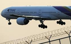 La compagnie aérienne Thai Airways compte supprimer environ 5.000 postes sur la base du volontariat dans les prochaines années, soit près de 20% de ses effectifs, selon le journal Bangkok Post qui cite le ministre des Transports. /Photo d'archives/REUTERS/Athit Perawongmetha