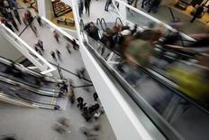 Dans un centre commercial à Berne. L'économie suisse devrait tomber en récession cette année à la suite de l'envolée du franc provoquée par la décision de la banque centrale d'abandonner son taux plancher face à l'euro, mais aussi en raison de la chute des cours du pétrole /Photo d'archives/REUTERS/Stefan Wermuth