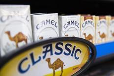 Cajetillas de cigarros Camel en un local de tabaco en Nueva York. Imagen de archivo, 11 julio, 2014.  Los accionistas de Reynolds American Inc aprobaron el miércoles la adquisición de su rival Lorillard Inc por 25.000 millones de dólares, operación que unirá al segundo más grande fabricante de cigarrillos de Estados Unidos con el tercero. REUTERS/Lucas Jackson