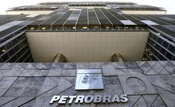 La compagnie pétrolière brésilienne Petrobras a laissé mercredi les investisseurs dans le flou quant à l'impact financier de son scandale de corruption en publiant avec retard des résultats trimestriels non certifiés, qui ne fournissent pas d'éclairage sur d'éventuelles dépréciations à venir. /Photo prise le 16 décembre 2014/REUTERS/Sergio Moraes