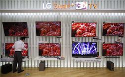 LG Electronics fait état d'un bénéfice plus faible qu'attendu au quatrième trimestre. La forte concurrence sur les prix et des effets de change défavorables ont plombé les résultats de la division téléviseurs. /Photo prise le 28 janvier 2015/REUTERS/Kim Hong-Ji