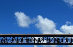 Personas caminan en un puente peatonal para cruzar una avenida en Salvador. Imagen de archivo, 1 julio, 2014.  La tasa de desempleo de Brasil no ajustada por estacionalidad bajó a un 4,3 por ciento en diciembre desde un 4,8 por ciento en noviembre, dijo el jueves la agencia de estadísticas IBGE, igualando el mínimo histórico alcanzado en diciembre del 2013. REUTERS/Yves Herman