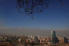 Imagen de archivo de la ciudad de Santiago de Chile, jun 2 2011. La venta de viviendas en la capital chilena cayó un 6,7 por ciento en el 2014, mientras que para este año se anticipa un complejo escenario ante la desaceleración de la economía, alzas en impuestos y mayores exigencias crediticias, dijo el jueves el gremio del sector.  REUTERS/Ivan Alvarado