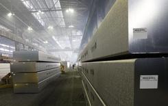 Алюминиевые чушки на заводе Русала в Красноярске. 18 мая 2011 года. Один из крупнейших производителей алюминия в мире Русал сократил производство алюминия в 2014 году на 7 процентов по сравнению с предыдущим годом, сообщила компания в пятницу. REUTERS/Ilya Naymushin