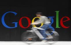 Велосипедист проезжает мимо офиса Google в Цюрихе. 9 июля 2009 года. Google Inc нарастил выручку в четвертом квартале 2014 года на 15 процентов, однако она оказалась меньше ожиданий рынка из-за снижения расценок на интернет-рекламу и неблагоприятной динамики валютных курсов. REUTERS/Christian Hartmann