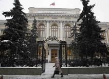 Vista general del banco central ruso en Moscú, 30 enero, 2015. El banco central ruso recortó el viernes su tasa de interés clave en dos puntos porcentuales al 15 por ciento, mientras la economía se encamina hacia la recesión debido al colapso de los precios del petróleo y las sanciones occidentales por la crisis de Ucrania. REUTERS/Grigory Dukor