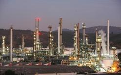 Imagen de archivo de la refinería de petróleos de la estatal chilena ENAP en Concón, mayo, 24 2010. La ganancia de la petrolera estatal chilena ENAP creció un 14,6 por ciento interanual en el 2014, en su mejor desempeño de los últimos cinco años, debido a un mejor resultado no operacional y efectos positivos en impuestos, informó el viernes la empresa.             REUTERS/Eliseo Fernandez