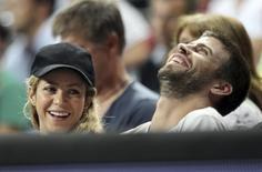Cantora colombiana Shakira com o marido e jogador do Barça, Piqué, durante jogo de basquete em Barcelona. 9/9/2014  REUTERS/Gustau Nacarino