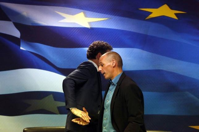 1月30日、ギリシャのバルファキス財務相は調査団に協力しない方針を表明、支援延長を要請しないとした。写真左はデイセルブルム議長。アテネで同日撮影(2015年 ロイター/Kostas Tsironis)