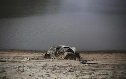 Carro aparece no solo seco da represa de Atibainha  em Nazaré Paulista 17/10/2014.  REUTERS/Nacho Doce
