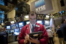 La Bourse de New York a fini en baisse de plus de 1% vendredi, sous le coup de la publication d'un produit intérieur brut (PIB) américain inférieur aux attentes et des craintes des conséquences d'une possible instabilité dans la zone euro en raison de la Grèce. L'indice Dow Jones a cédé 1,44%, le S&P-500 a perdu 1,3% et le Nasdaq Composite a reculé de son côté de 1,03%. /Photo prise le 29 janvier 2015/REUTERS/Brendan McDermid