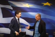 Jeroen Dijsselbloem, (L) head of the euro zone finance ministers' group, and Greek Finance Minister Yanis Varoufakis shake hands after their common press conference at the ministry in Athens January 30, 2015.  REUTERS/Kostas Tsironis