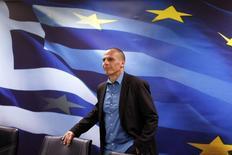 Le ministre grec des Finances, Yanis Varoufakis. Tandis qu'Angela Merkel répète qu'il n'est pas question d'effacer une partie de la dette grecque, un responsable de la Banque centrale européenne menace de couper les fonds aux banques grecques si Athènes ne prolonge pas son programme d'aide. /Photo prise le 30 janvier 2015/REUTERS/Kostas Tsironis