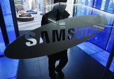 Imagen de un hombre ingresando a la oficina principal de Samsung Electronics en Seúl. 7 de enero  2015. La surcoreana Samsung Electronics anunció el sábado que compraría a la firma brasileña de soluciones de impresión Simpress, en el más reciente acuerdo del gigante tecnológico para apuntalar sus operaciones de negocio a negocio. REUTERS/Kim Hong-Ji