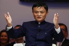El jefe del regulador comercial de China se reunió el viernes con el presidente de Alibaba Group Holding Ltd, Jack Ma, para discutir la lucha contra productos falsos, informó la agencia oficial de noticias Xinhua. En la imagen, el fundador de Alibaba Jack Ma gesticula durante una conferencia ofrecida en Davos el 23 de enero de 2015. REUTERS/Ruben Sprich