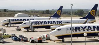 Ryanair a relevé sa prévision de bénéfice d'exploitation annuel pour la troisième fois en autant de mois sous l'effet de la réduction des coûts et d'une hausse du trafic, mais la compagnie aérienne à bas coûts dit attendre une croissance modeste des bénéfices l'an prochain à cause de la baisse des tarifs. /Photo d'archives/REUTERS/ Albert Gea
