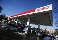 Cars pull into an Esso gas station in Richmond Hill, Ontario, January 30, 2015.  REUTERS/Mark Blinch