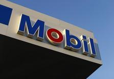 АЗС Exxon Mobil в Энсинитасе, Калифорния. 28 октября 2014 года. Американская нефтяная компания Exxon Mobil Corp снизила прибыль на 21 процент в четвертом квартале из-за падения цен на нефть. REUTERS/Mike Blake