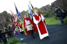 """Hilmar Orn Hilmarsson, máximo sacerdote de """"Asatruarfelagid"""", liderando una procesión en Pingblot, Islandia, jun 21 2012. Los islandeses podrán en breve adorar públicamente en un santuario a Thor, Odín y Friga ya que comenzará este mes la construcción del primer gran templo de la isla para los dioses nórdicos desde la era de los vikingos.     REUTERS/Silke Schurack"""