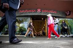 People walk past a store of yogawear retailer Lululemon Athletica in downtown Vancouver, in this file photo taken June 11, 2014.  REUTERS/Ben Nelms/Files