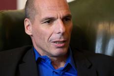 Le ministre grec des Finances Yanis Varoufakis a déclaré lundi qu'il était confiant quant au fait que la Banque centrale européenne (BCE) ne ferait rien qui puisse compromettre un accord permettant de résoudre la crise de la dette grecque qu'il espère conclure rapidement.  /Photo prise le 2 février 2015/REUTERS/Matt Dunham/Pool