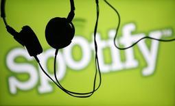 Наушники на фоне логотипа Spotify в Зенице 20 февраля 2014 года. Музыкальный интернет-сервис Spotify отменил запуск в России из-за экономической и политической ситуации и ужесточения регулирования и не планирует выход на этот рынок в обозримом будущем, сообщил РБК. REUTERS/Dado Ruvic