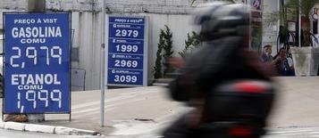 En la imagen, una motociclista cruza cerca de una estación se servicio en Diadema, Brasil. 2 de febrero, 2015. Los precios al consumidor en Sao Paulo, la ciudad más poblada de Brasil, subieron un 1,62 por ciento en enero, una aceleración respecto al avance del 0,30 por ciento de diciembre, mostró el martes el índice IPC-Fipe. REUTERS/Paulo Whitaker