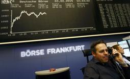 Les Bourses européennes restent bien orientées mardi à la mi-séance. À Paris, le CAC 40 prend 1,22% à 4.687,45 points vers 12h00 GMT. À Francfort, le Dax prend 1,17% et à Londres, le FTSE 1,19%. /Photo prise le 3 février 2015/REUTERS/Kai Pfaffenbach