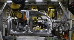 En la imagen, una camioneta Ford F-150 es vista en una línea de ensamblaje en Michigan, Estados Unidos. 11 de noviembre, 2014.  Los nuevos pedidos de bienes a las fábricas estadounidenses cayeron en diciembre por quinto mes consecutivo, pero una baja menor a lo informado previamente en los planes de gastos de las empresas respaldó los argumentos sobre un repunte en los meses venideros. REUTERS/Rebecca Cook