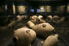 Presuntas vasijas babilónicas en una muestra en un museo de Jerusalén, feb 3 2015. Una nueva exhibición del antiguas tablillas de arcilla descubiertas en Irak muestra por primera vez la vida diaria de los judíos exiliados en Babilonia hace unos 2.500 años. REUTERS/Baz Ratner