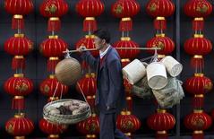 Le secteur des services a progressé en janvier au rythme le plus lent de ces six derniers mois en Chine, selon l'indice PMI/HSBC des services. /Photo prise le 6 janvier 2015/REUTERS