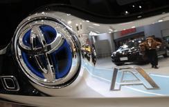 Toyota a relevé sa prévision de bénéfice d'exploitation annuel de 8% pour l'exercice fiscal en cours, la faiblesse du yen augmentant la valeur de ses ventes à l'étranger et compensant le recul de la demande au Japon. /Photo prise le 4 février 2015/REUTERS/Yuya Shino
