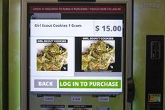Les premiers distributeurs automatiques de marijuana sont entrés en service mardi à Seattle, dans l'Etat de Washington (nord-ouest des Etats-Unis) où la consommation d'herbe a été légalisée par référendum en 2012. Seule la marijuana à usage médical est disponible dans ces machines. /Photo prise le 3 février 2015/REUTERS/David Ryder