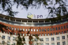 L'opérateur télécoms néerlandais KPN, qui a dégagé au quatrième trimestre un bénéfice légèrement supérieur aux attentes des analystes, s'attend à une stabilisation de son résultat brut d'exploitation d'ici fin 2015. /Photo d'archives/REUTERS/Phil Nijhuis