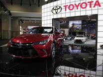 En la imagen,  un vehículo Toyota Camry 2015 es visto en una exhibición en Washington. 22 de enero, 2015. Toyota Motor Corp elevó el miércoles su orientación de ganancias operativas en un 8 por ciento, en momentos en que un yen más débil aumenta el valor de sus ventas en el extranjero y contrarresta una caída de la demanda en Japón. REUTERS/Gary Cameron