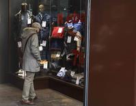 Les ventes au détail dans la zone euro ont augmenté en décembre à leur rythme annuel le plus élevé en près de huit ans, les consommateurs, encouragés par la chute du prix, ayant fortement dépensé en cadeaux et nourriture pendant le mois des fêtes de fin d'année, selon Eurostat. /Photo prise le 29 janvier 2015/REUTERS/Andrea Comas