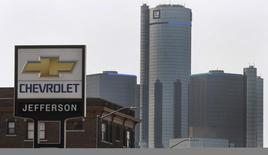 Le bénéfice trimestriel de General Motors est ressorti nettement supérieur aux attentes en dépit des coûts liés au rappel de voitures, qui ont pesé sur sa marge en Amérique du Nord. Hors éléments exceptionnels, le premier constructeur automobile américain a dégagé sur les trois derniers mois de 2014 un bénéfice par action (BPA) de 1,19 dollar, contre un BPA de 83 cents en moyenne selon Thomson Reuters I/B/E/S. /Photo d'archives/REUTERS/Rebecca Cook