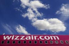 Самолет Wizz Air в аэропорту Будапешта. 10 июля 2014 года. Восточноевропейский авиаперевозчик Wizz Air возродил планы получить листинг на Лондонской бирже (LSE), намереваясь привлечь от размещения 150 миллионов евро для укрепления позиций в конкуренции с Ryanair. REUTERS/Bernadett Szabo