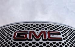 Логотип GMC на автомобиле в дилерском центре в Квебеке. 31 мая 2009 года. Прибыль крупнейшего американского автоконцерна General Motors Co в четвертом квартале намного превзошла ожидания рынка за счет хороших продаж автомобилей класса SUV и грузовиков в Северной Америке, которые помогли компенсировать рекордные расходы из-за отзывов. REUTERS/Mathieu Belanger